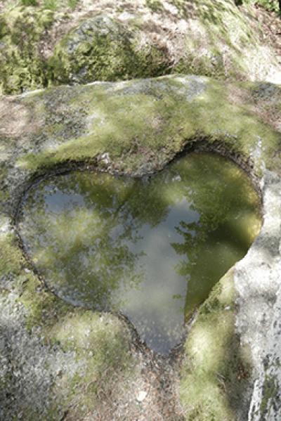 Herz im Stein mit Wasser gefüllt