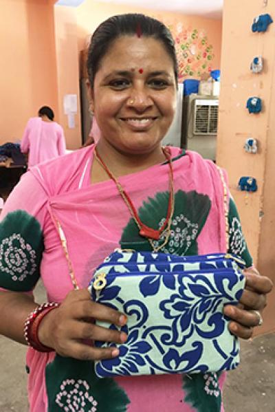 Indische Frau mit genähten Taschen