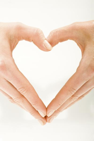 Hände formen ein Herz auf weißem Hintergrund